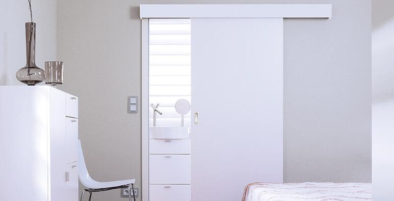 Schlafzimmer mit weißer Schiebetür von Westag & Getalit