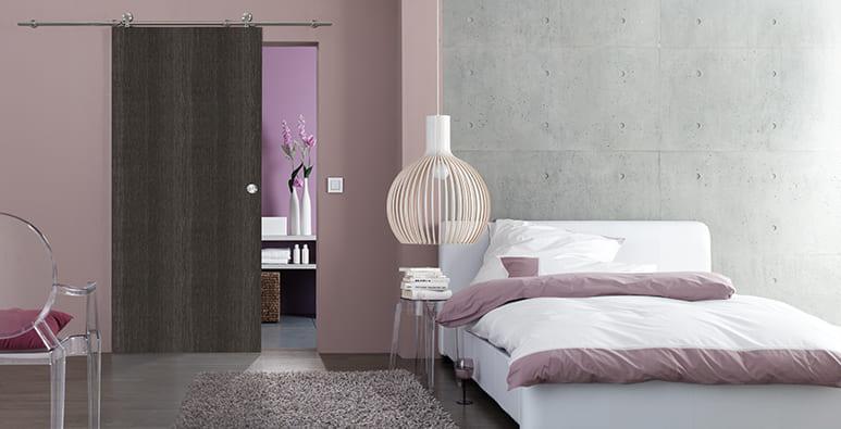 Schlafzimmer mit Schiebetür in Eiche Anthrazit und Infinity-System von Jeld-Wen