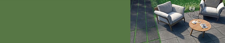 Dunkle Fliesen auf der Terrasse