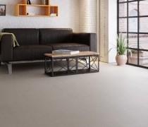 hellgrauer Designboden im Wohnzimmer mit Sofa